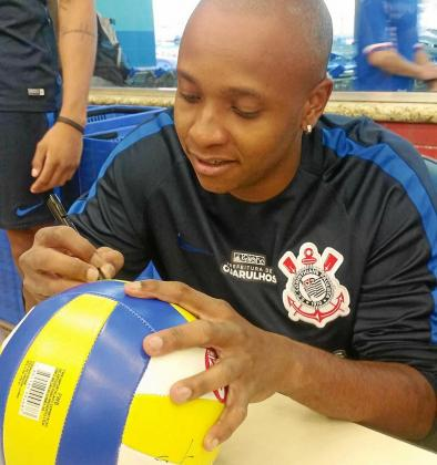 Cesinha firma un balón durante su presentación como jugador del Corinthians, en noviembre de 2017.