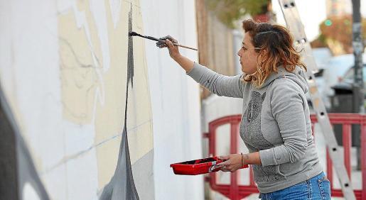 El mural en homenaje a Margalida 'Llogat' comenzó a pintarse ayer en un muro del CEIP Sa Bodega de Ibiza.