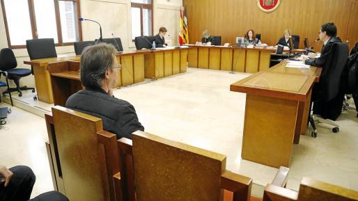J.M.S., de 60 años, se sentó ayer en la banqueta de los acusados para ser juzgado por un tribunal de la Audiencia Provincial.