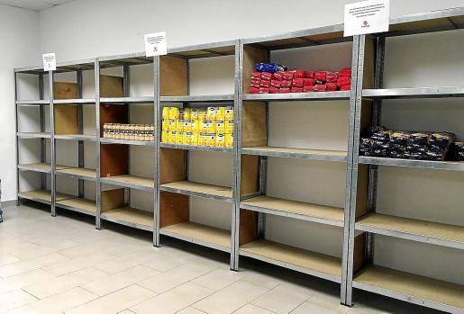 Las estanterías de la sede de Cáritas Ibiza están prácticamente vacías.