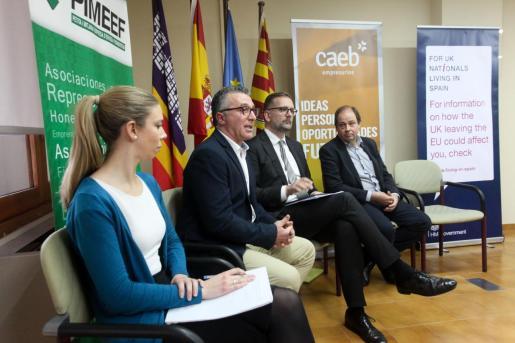Alfonso Rojo, Lloyd Milen y José Antonio Roselló durante la reunión con los empresarios.