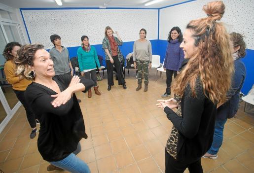 En el taller participan todos los martes unas 15 mujeres de diversas edades.