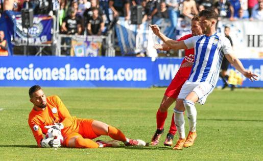 Lucas atrapa el balón en un lance del partido entre el Recre y el Ibiza
