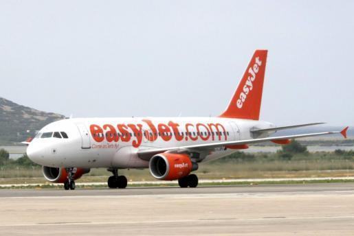 Un avión de Easyjet en el aeropuerto de Ibiza