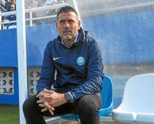 Palop, sentado en el banquillo durante el encuentro entre la UD Ibiza y el Real Murcia.