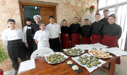 Los futuros hosteleros elaboraron canapés, como albóndigas de pollo o tártar de salmón.