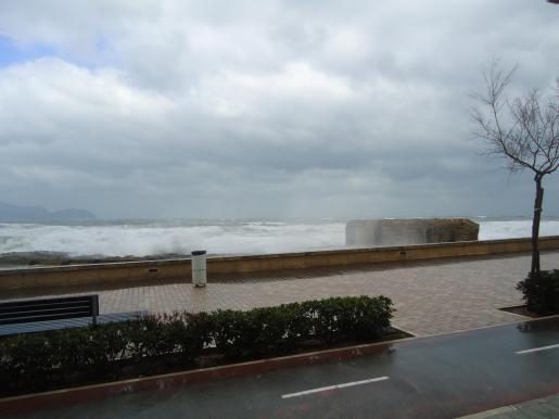 Imagen del temporal en el puerto de Can Picafort.