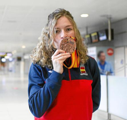 Cristina Ferrer besa la medalla de bronce del Campeonato del Mundo por equipos, cosechada el pasado mes de noviembre.