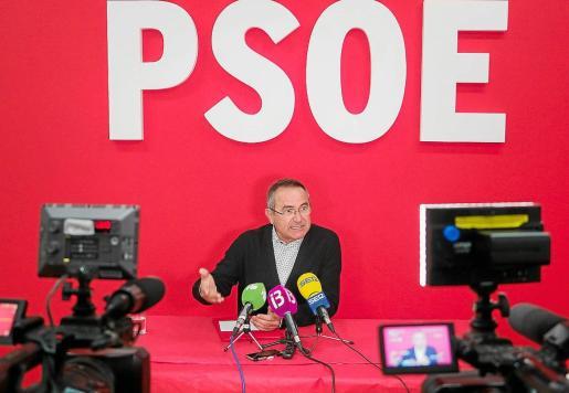 Xico Tarrés durante la rueda de prensa que dio en la sede electoral del PSOE.