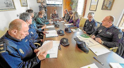 Los policías locales de Santa Eulària en una reunión en el Ayuntamiento.