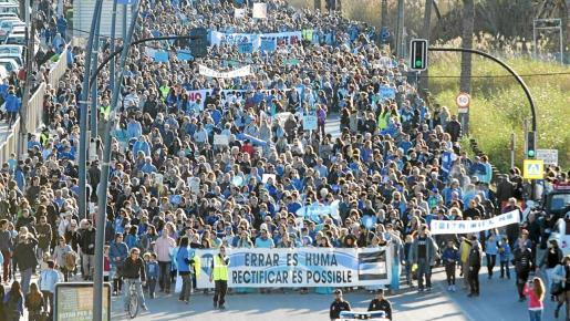 Más de 20.000 personas salieron a las calles parar expresar el rechazo de la sociedad ibicenca a las prospecciones de hidrocarburos a 40 kilómetros de las costas de Ibiza.