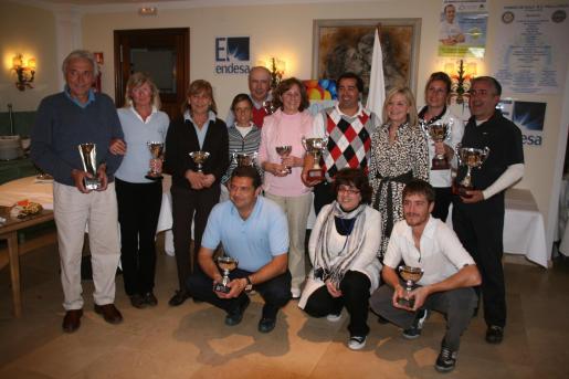 Algunos de los organizadores del torneo junto con los ganadores de las diferentes categorías.