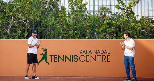Rafa Nadal y Abel Matutes aplauden tras descubrir el letrero del Rafa Nadal Tennis Centre.