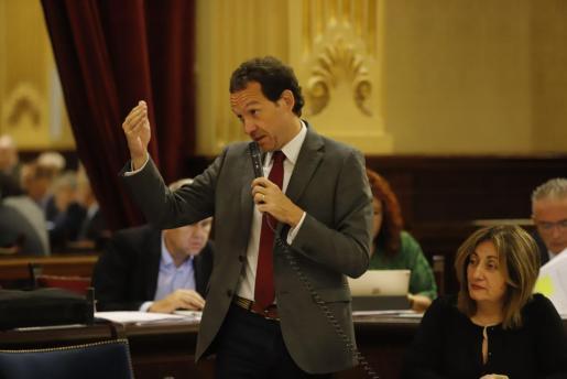 Marc Pons durante un pleno del Parlament.