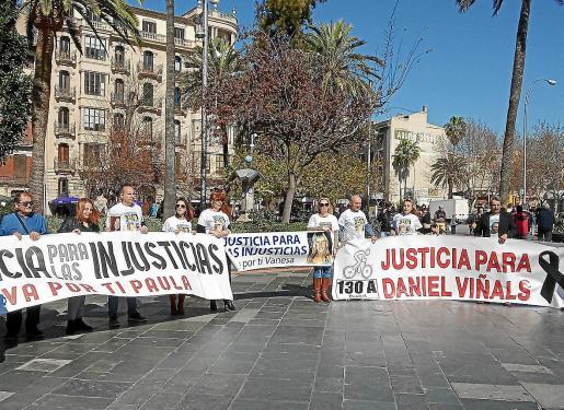 Familiares de Dani Viñals y Vanesa Patricio Escandell en la concentración de ayer en Palma.