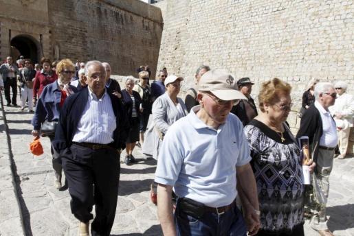Imagen de un grupo del Imserso paseando por Vila