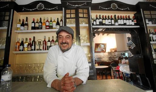 Mucha solera. Carlos Marí posa delante de los muebles del bar, que tiene objetos con más de un siglo de historia.