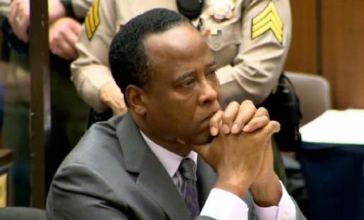 Fotografía de archivo fechada el 29 de noviembre de 2011 en la que aparece el médico estadounidense Conrad Murray mientras asiste a una audiencia por la muerte de Michael Jackson.