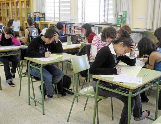 Alumnos de un instituto de secundaria de Ibiza realizando una prueba académica.