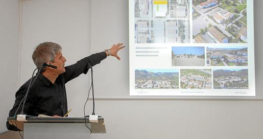 Un técnico explica a empresarios del sector turístico y hostelero cómo será la escuela. Foto: DANIEL ESPINOSA