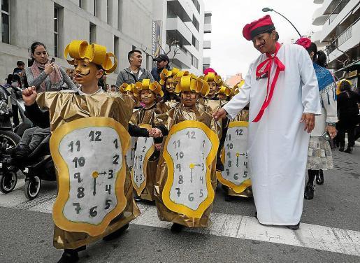 La rúa bianual del colegio Nuestra Señora de la Consolación volvió a brillar por su originalidad de los disfraces escogidos. Fotos: MARCELO SASTRE