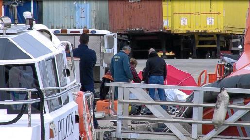 Agentes de la Guardia Civil y la comisión judicial en el momento del alzamiento del cadáver.