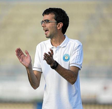 Jordi Riera da instrucciones a sus jugadores durante un partido.