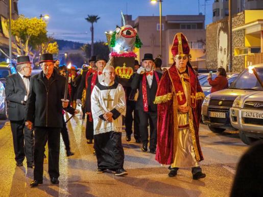 La divertida comitiva de plañideras y demás personajes recorrieron ayer las calles del barrio de Es Clot con la sardina a cuesta hasta llegar al Parque de la Paz.