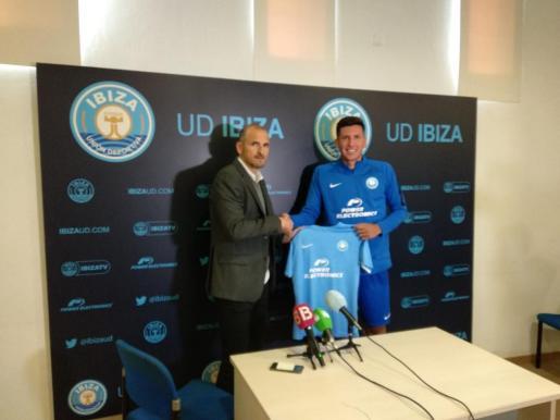 Mariano Gómez posa con su nueva camiseta.