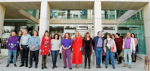 Los representantes políticos salieron a la puerta del Consell d'Eivissa para solidarizarse con la familia de Nuria Ester y en apoyo a la huelga feminista.