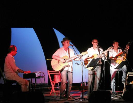 Aires Formenterencs está compuesto por Xomeu Joan, Xico Ferrer y Santi Marí y en ocasiones están acompañados por el productor y músico Miquel Brunet.