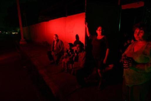 La falta de electricidad debido al apagón agrava la crisis de los hospitales venezolanos.