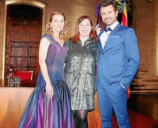 Bàrbara Nicolay y Antoni Pons, presentadores de la gala, junto a Francina Armengol.