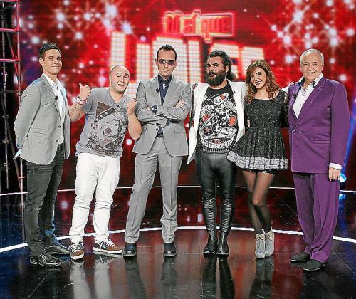 El presentador Christina Gálvez junto a los miembros del jurado.