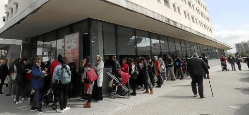 La sede del Ibavi, con colas de personas que reclaman haberse quedado fuera de las ayudas al alquiler que ofrece el Govern.