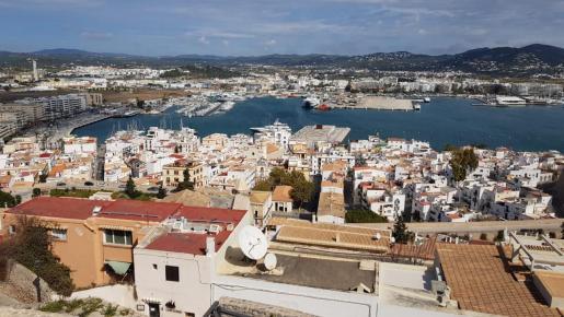 Imagen de archivo de la ciudad de Ibiza desde Dalt Vila.