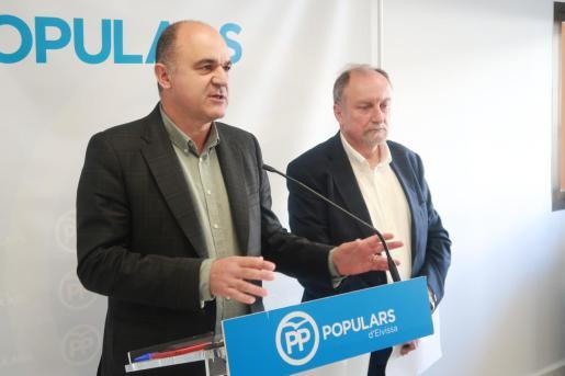 El candidato al Consell de Eivissa por el Partido Popular, Vicent Marí, junto al portavoz del grupo popular en la institución, Mariano Juan Guasch, durante la rueda de prensa.