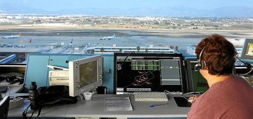 El trabajo que realizan los controladores aéreos del centro de control de Balears es diferente del que llevan a cabo los profesionales que están en las torres de Palma, Eivissa y Maó.