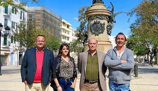 Varios miembros de Vox en Ibiza posan en Vara de Rey.