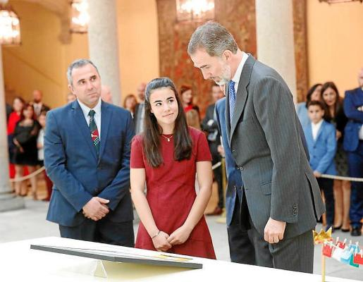 Momento en el que su Majestad Felipe VI se interesa por su dibujo este lunes en Madrid.