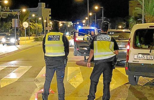 Dispositivo conjunto de la Policía Local de Ibiza y Policía Nacional durante el pasado verano.