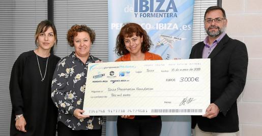 La directora de la Fundación para la Conservación de Ibiza y Formentera, Sandra Benbeniste junto a los representantes de Grupo Prensa Pitiusa y Periódico de Ibiza y Formentera, Anna Tur, Helena Burguete y Joan Miquel Perpinyà.