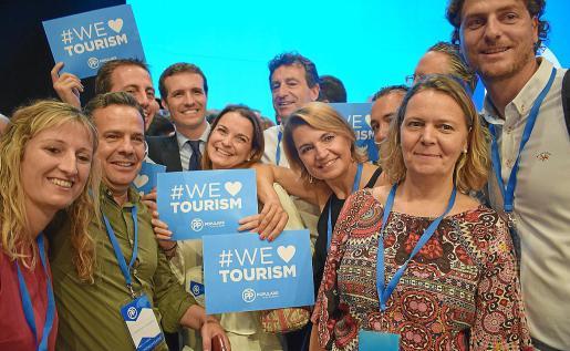 La imagen es del último congreso del PP, el que eligió a Pablo Casado, en julio de 2018. Salom (primera a la derecha, junto a Sebastià Sagreras) participó con la delegación balear, aunque no apoyó al actual presidente 'popular'.