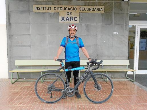 El profesor Vicent Josep Matoses posa con su bicicleta eléctrica de carretera en la entrada del IES Xarc en Santa Eulària.