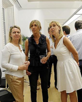 Maria Salom, con su antecesora como candidata al Congreso, Teresa Palmer, y la entonces candidata al Senado, Catalina Soler, en la noche electoral de junio de 2016.