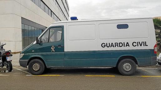 Los detenidos fueron trasladados por la Guardia Civil al juzgado de guardia localizado en el Cetis.
