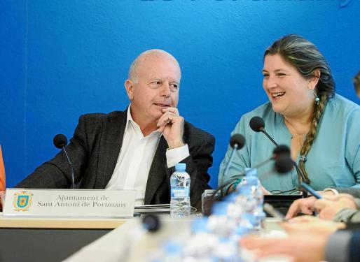 Cristina Ribas junto al alcalde de Sant Antoni, Pep Tur 'Cires'.