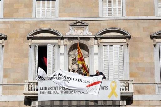 La Generalitat cubre el lazo amarillo de su fachada y mantiene una pancarta por los presos.
