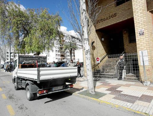 Personal de los juzgados de lo Penal trasladó ayer material del Consell al edificio incendiado.
