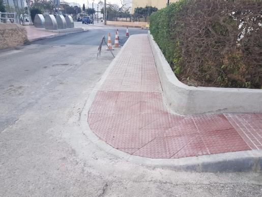 Reabierta al tráfico la calle Marí Mayans de Puig d'en Valls tras las mejoras de la accesibilidad y drenaje.